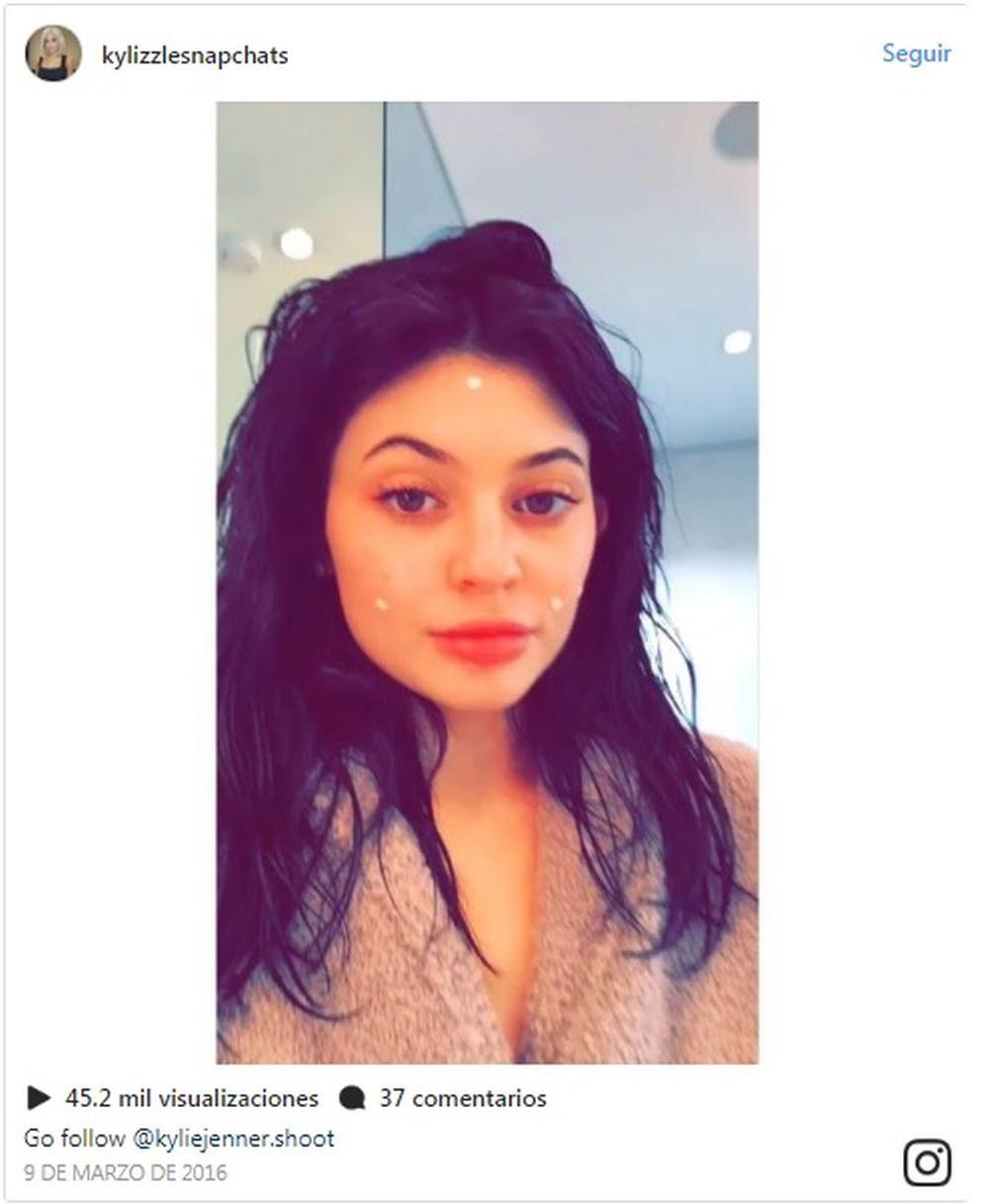 Kylie Jenner enseña a sus fans el momento después de aplicarse la...