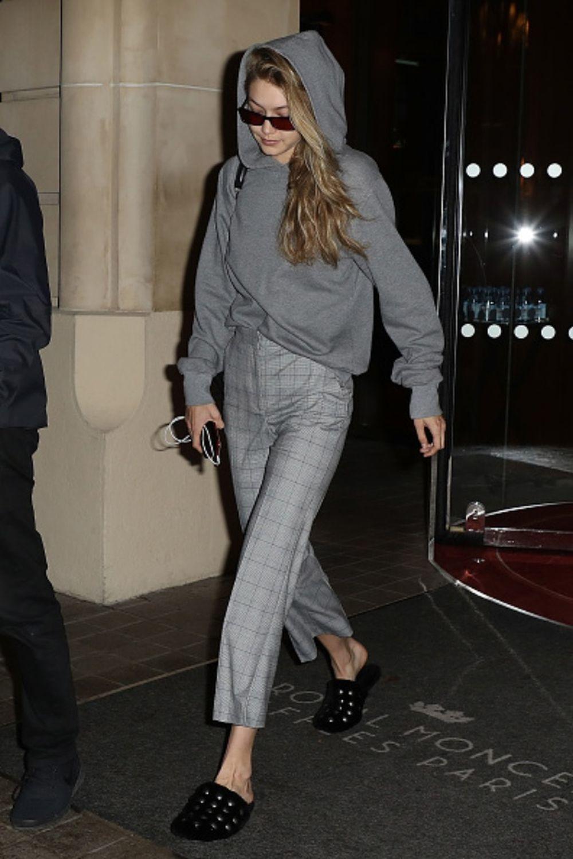 Gigi Hadid luciendo los económicos y favorecedores pantalones de H&M