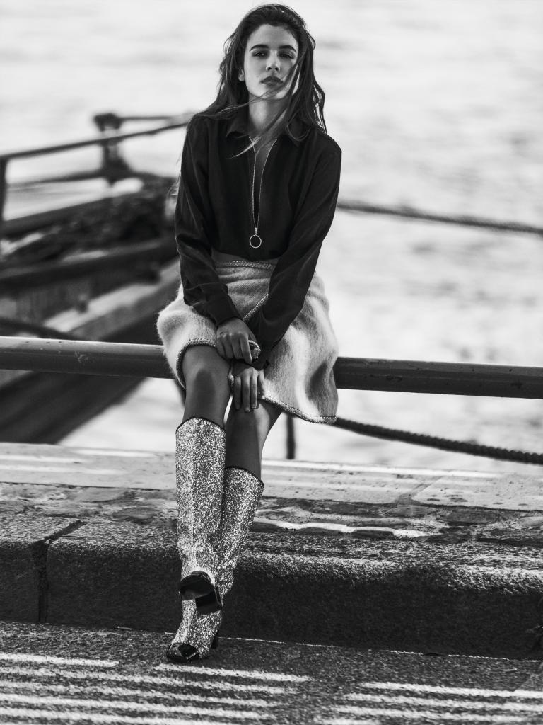 Adriana Ugarte con camisa de seda con cremallera, MAJE, falda de tweed...