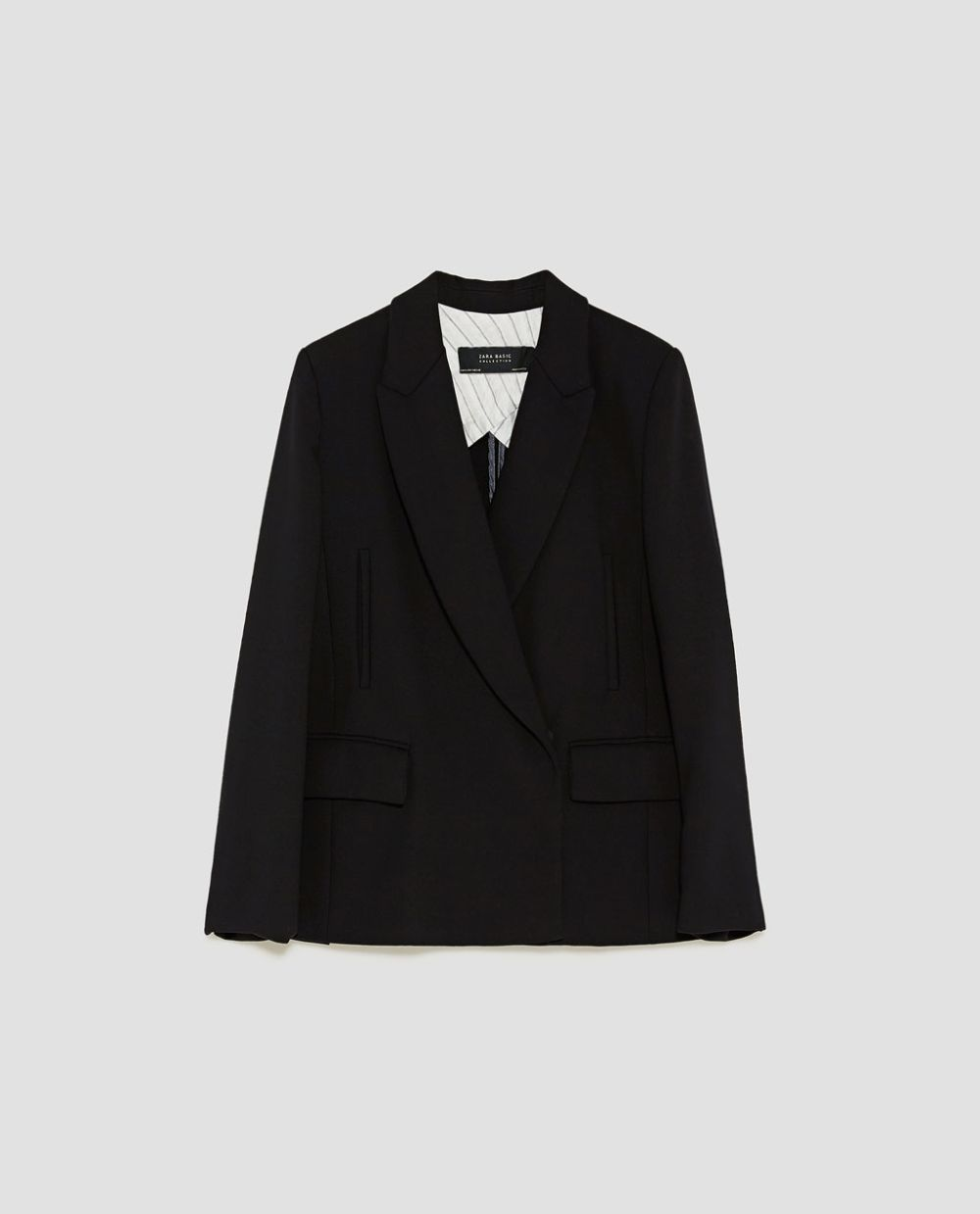 Blazer negra cruzada de Zara (49,95 euros)