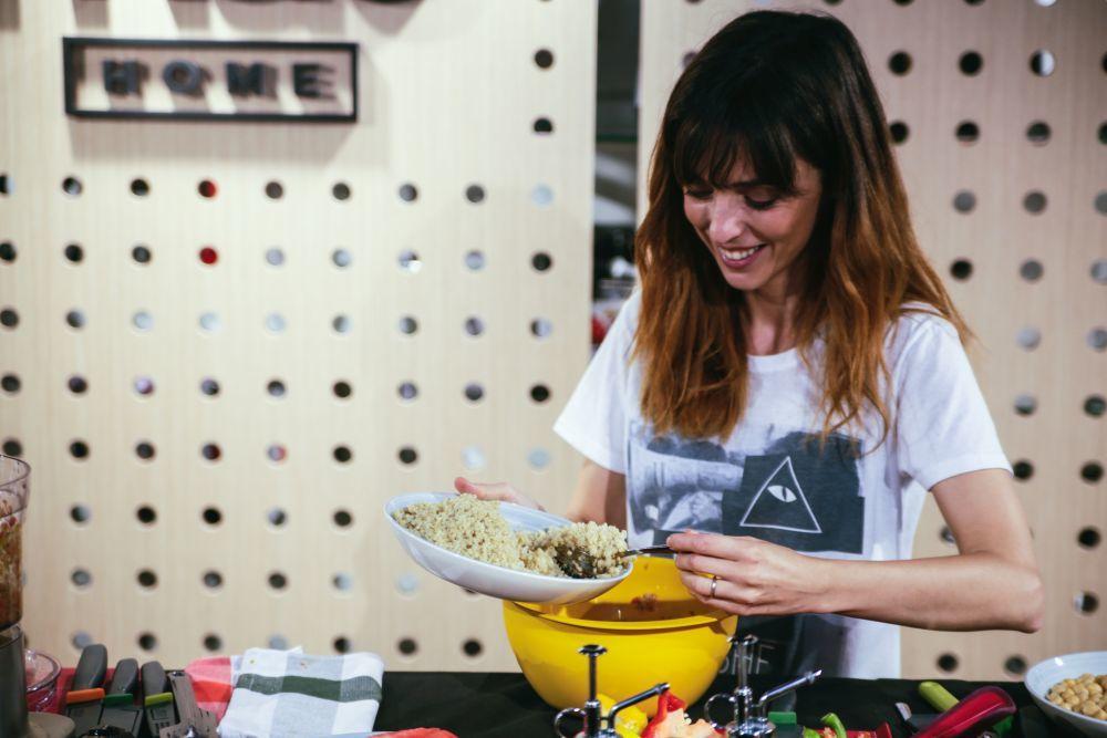 Leticia en pleno proceso creativo cocinando tabulé libanés de quinoa...