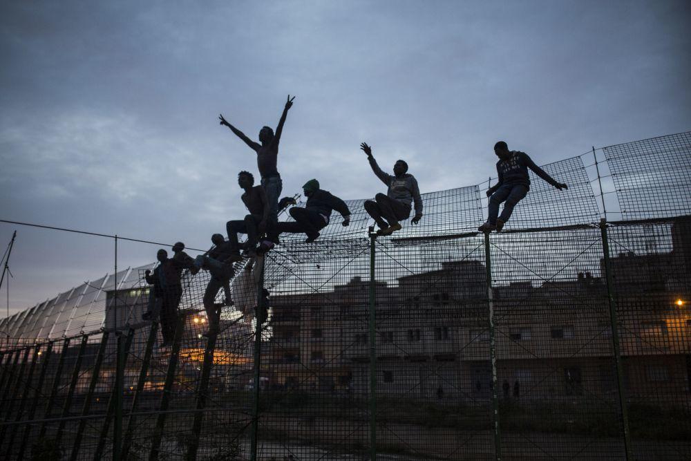 Emigrantes africanos en la valla de Melilla.