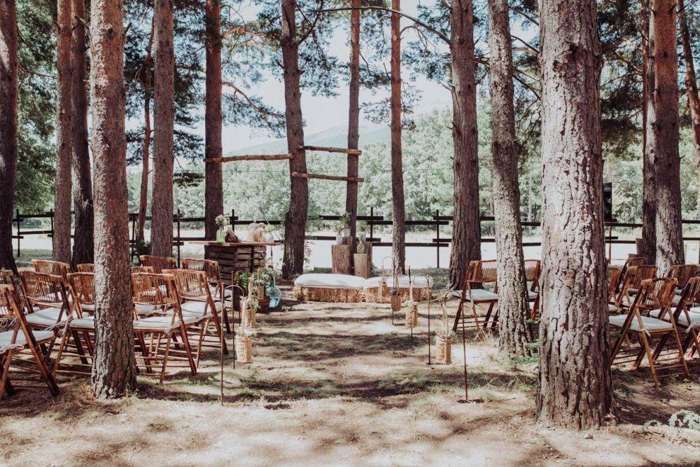 Los novios celebraron una ceremonia civil, realizada entre pinos...