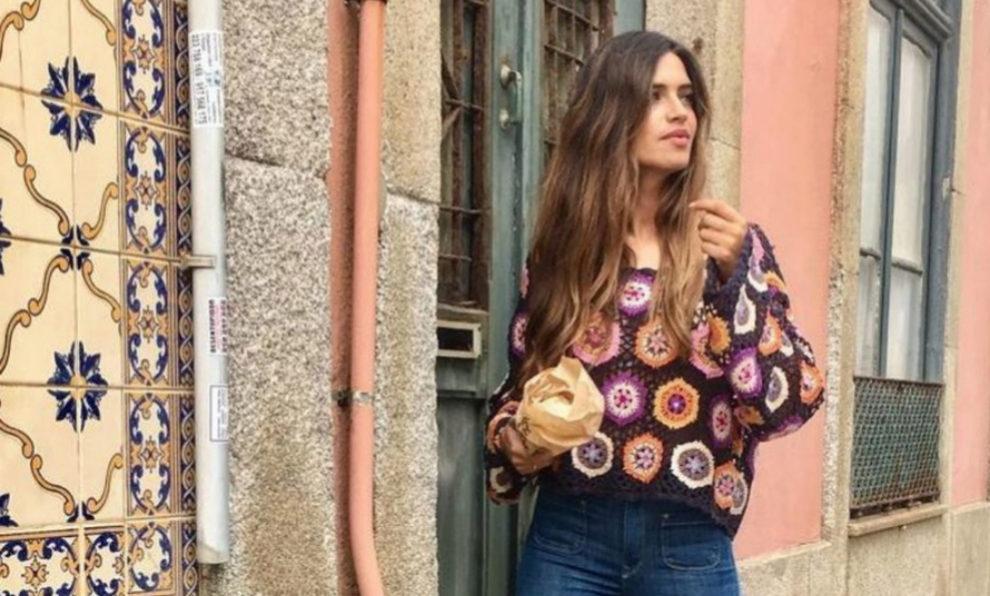 Sara Carbonero con el jersey de crochet de Zara