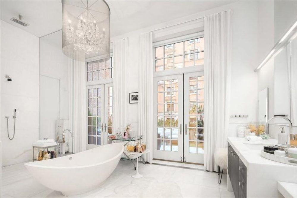 Uno de los lujosos baños, rematados en mármol, de los que dispone el...