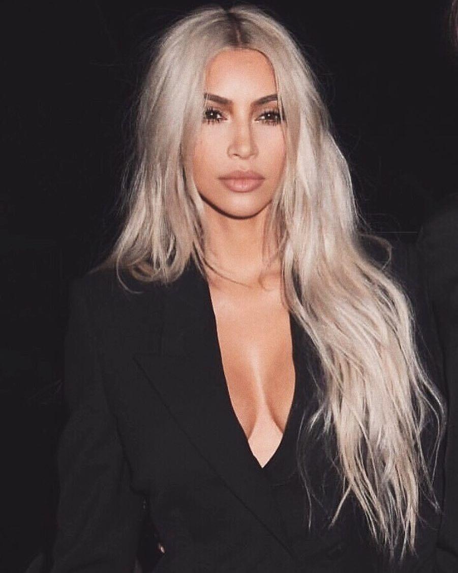Kim Kardashian y su melena XXL rubia platino