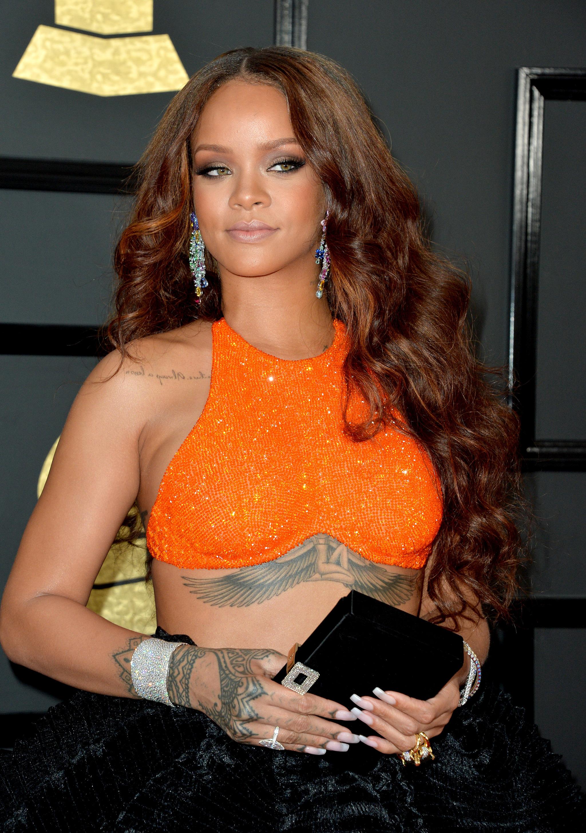 Rihanna con su melena extra larga con reflejos