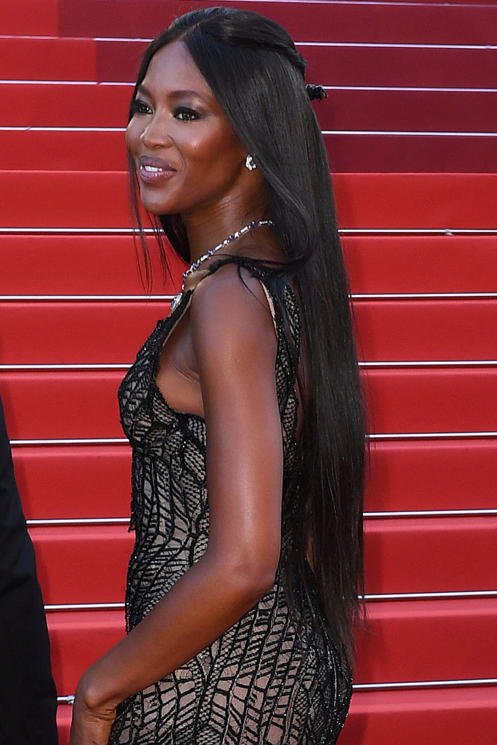 Naomi Campbell fiel a su melena XXL