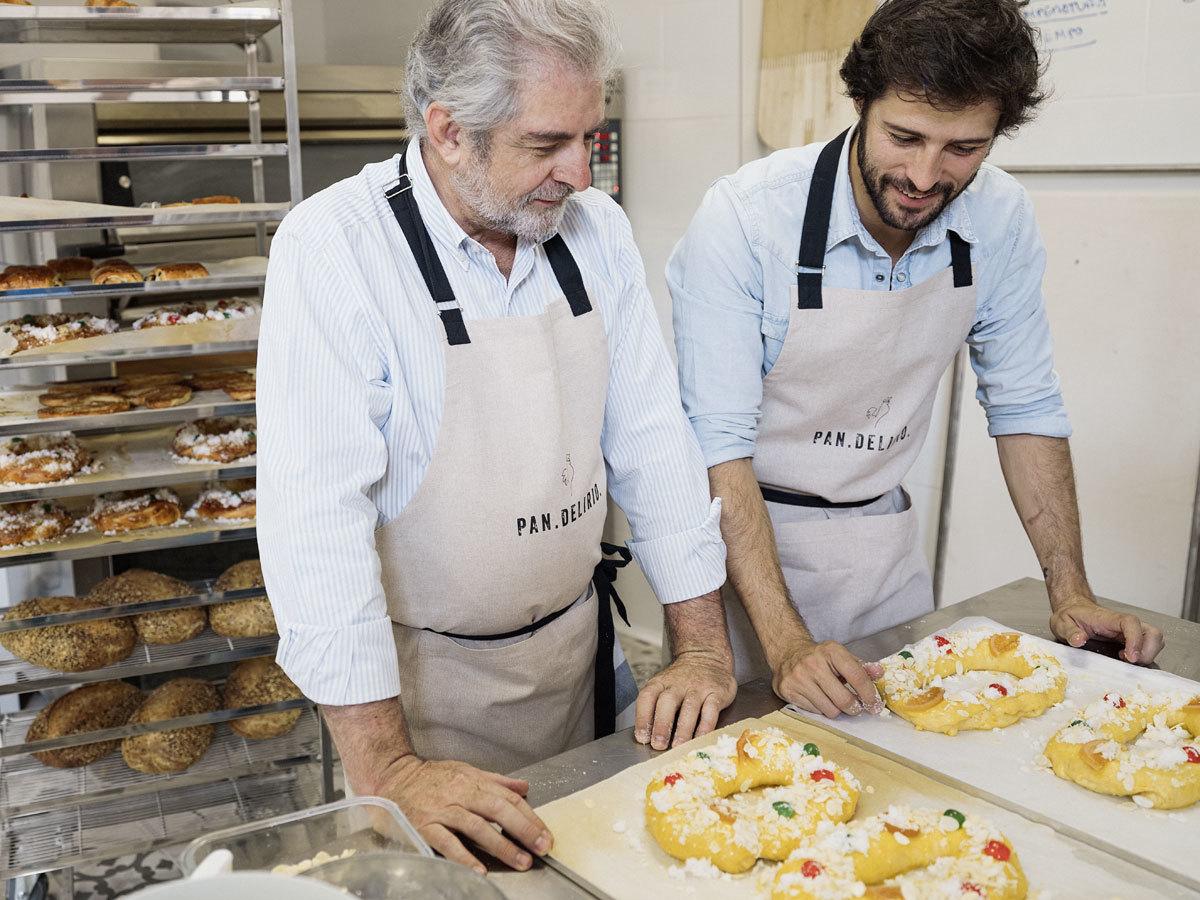 Javier Cocheteux, junto a su padre, Javier, en el obrador de...