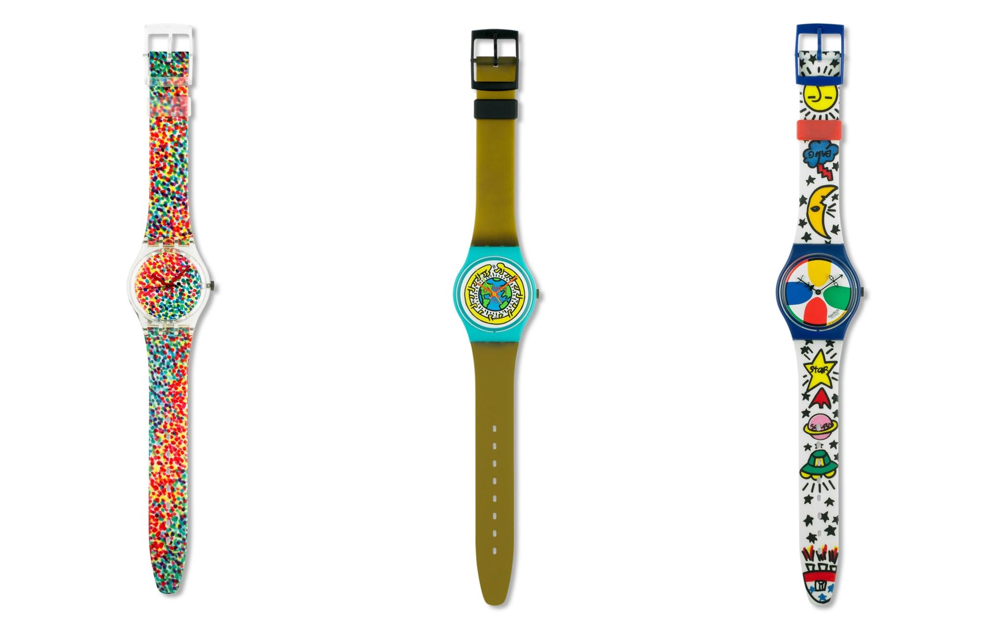 Tres de los cinco relojes Swatch que se exponen en el MoMA