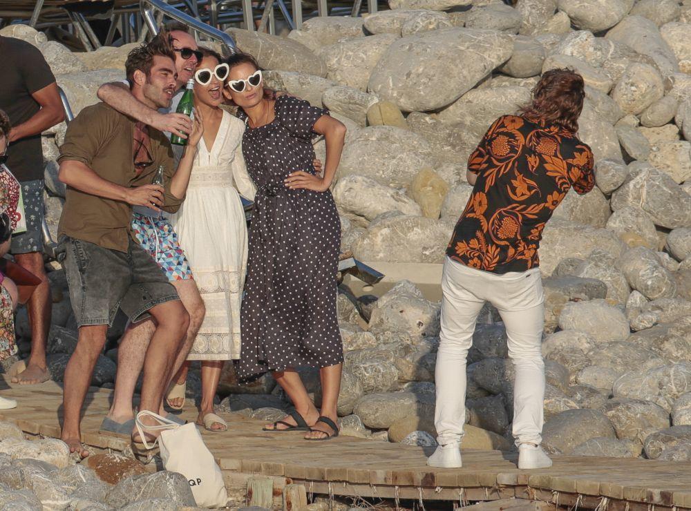 Fiesta en Ibiza. Alicia Vikander y Michael Fassbender