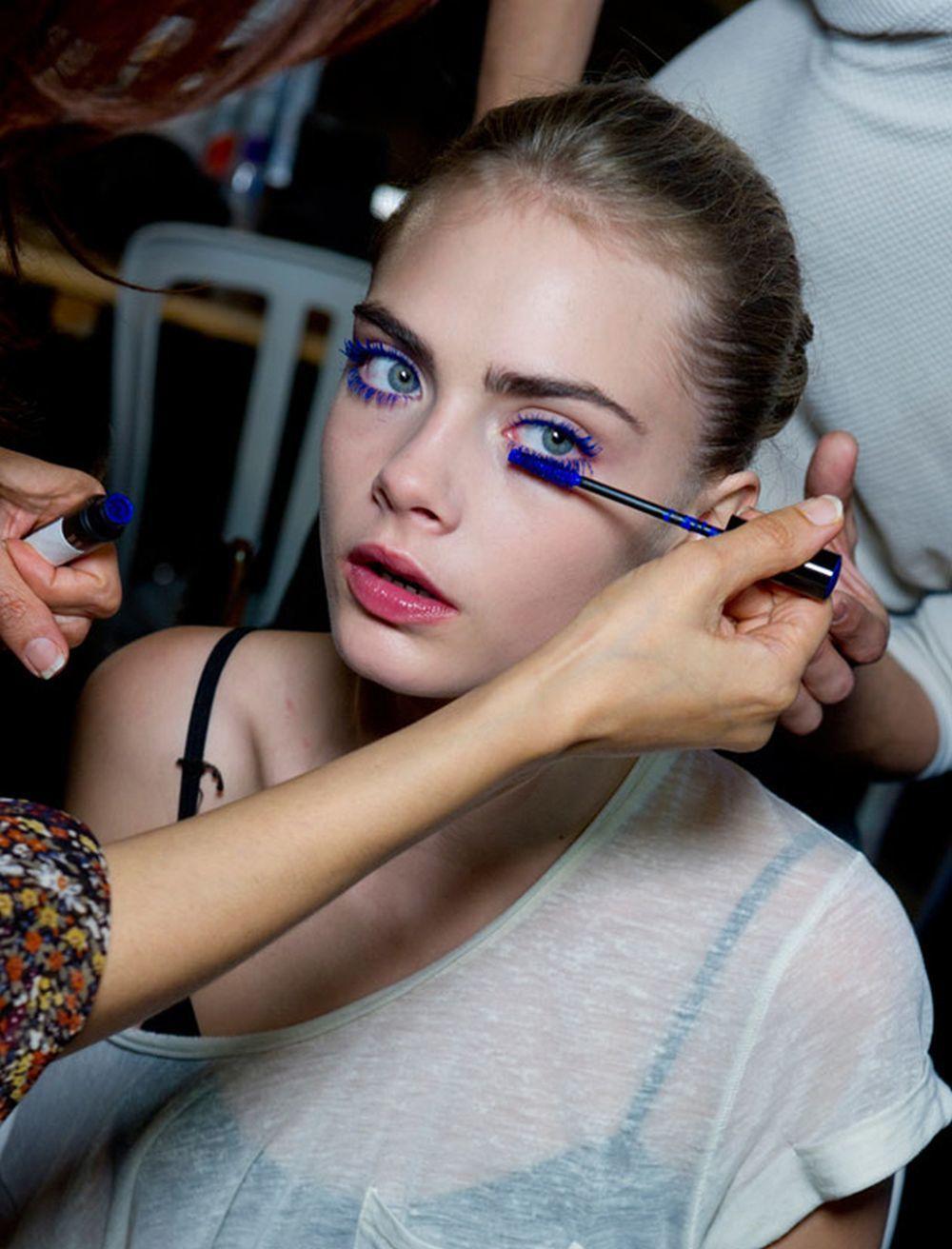Maquillaje de dia con vestido azul marino