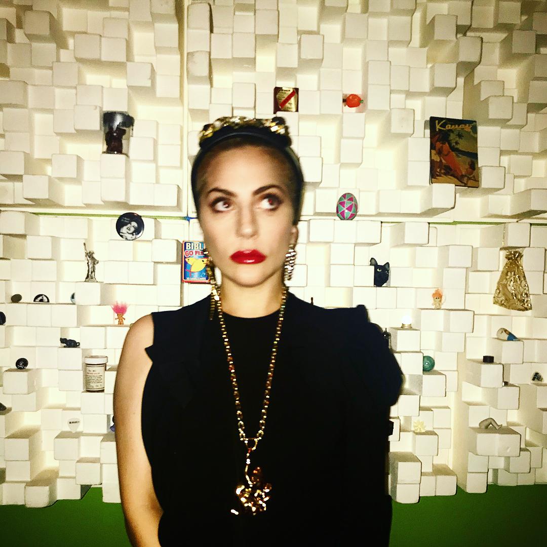 Lady Gaga con el vestido del diseñador español Juan Vidal