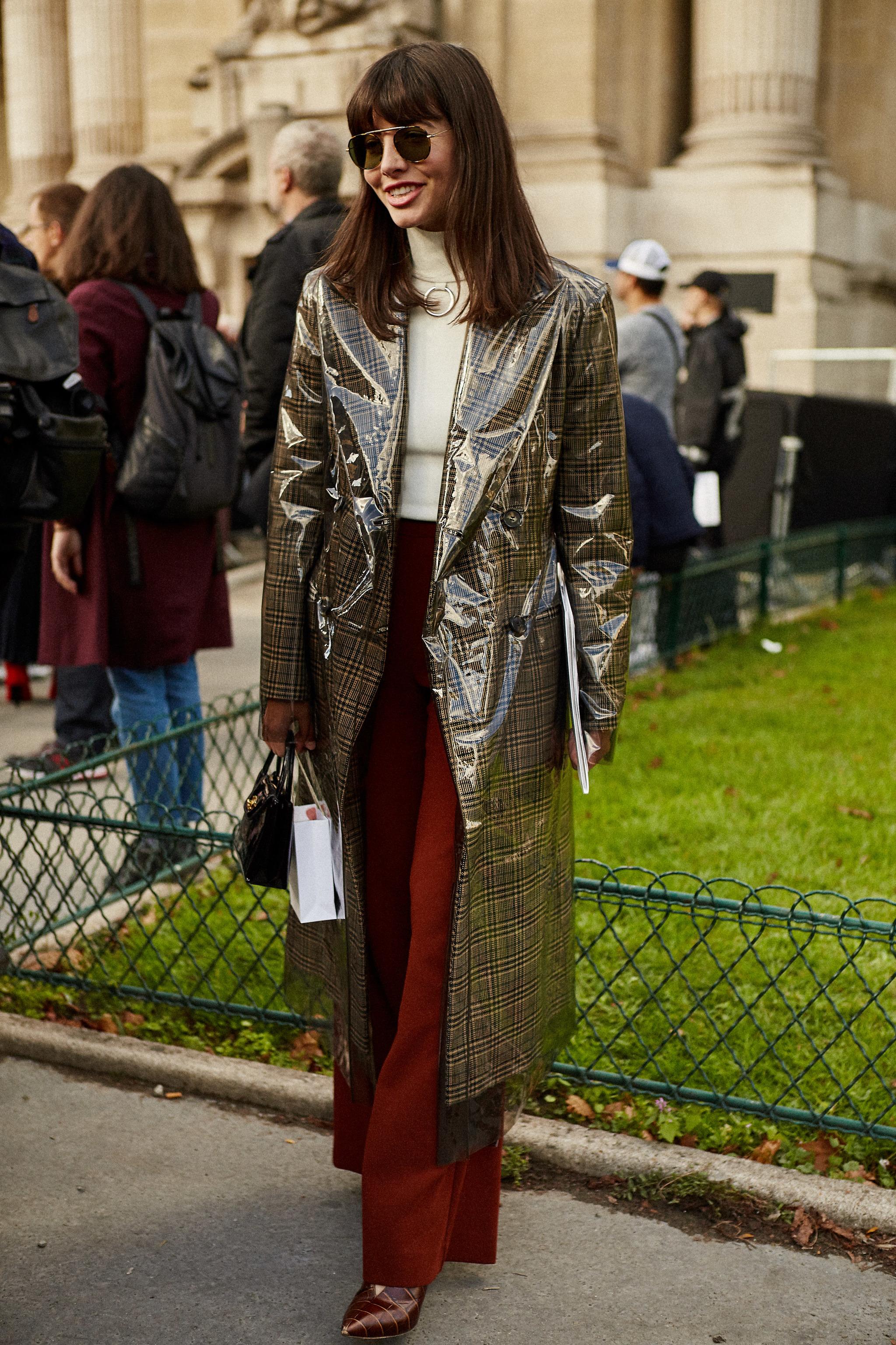 Una de las asistentes a la Paris Fashion Week con el deseado abrigo...
