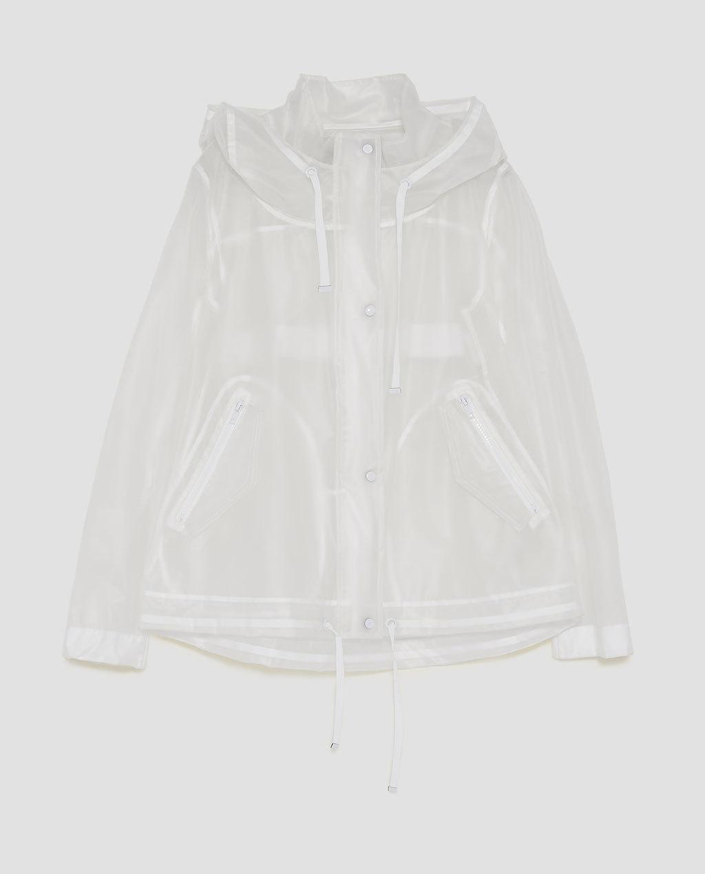 Chubasquero de mujer transparente, de Zara (29,95 euros).