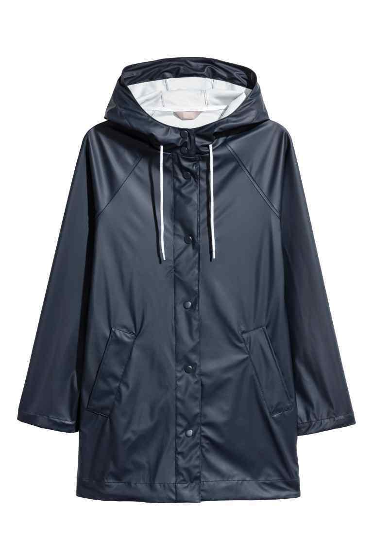 Chubasquero de mujer azul oscuro, de H&M (59,99 euros).