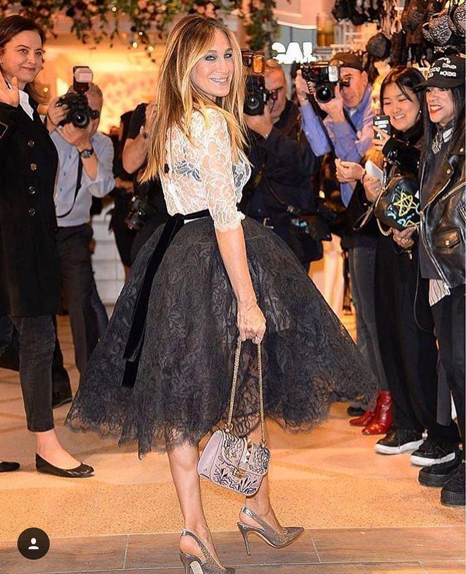 Sarah Jessica Parker posando con el vestido de cóctel de Oscar de la...