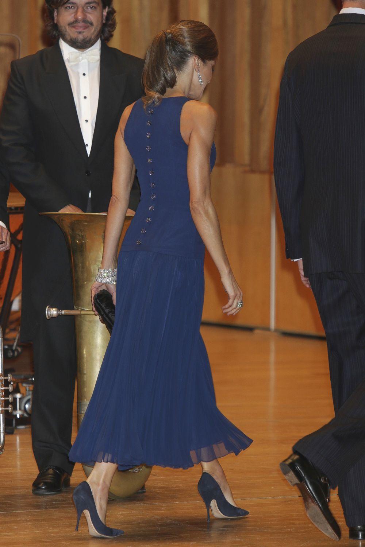 Detalle de la espalda del vestido de la reina Letizia para acudir al...