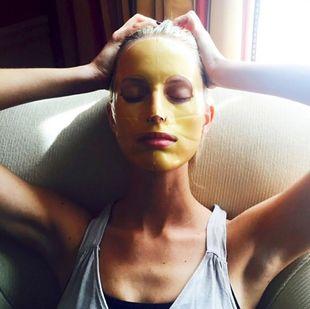 Las tops como Karolina Kurkova son fans de las mascarillas tissue o...
