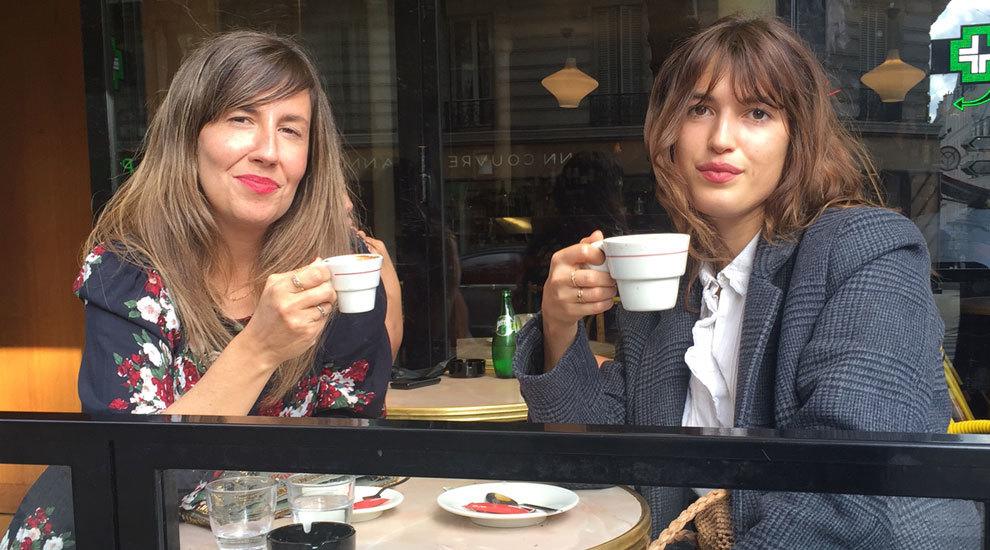 Con Jeanne Damas, tomando café en una terraza de París