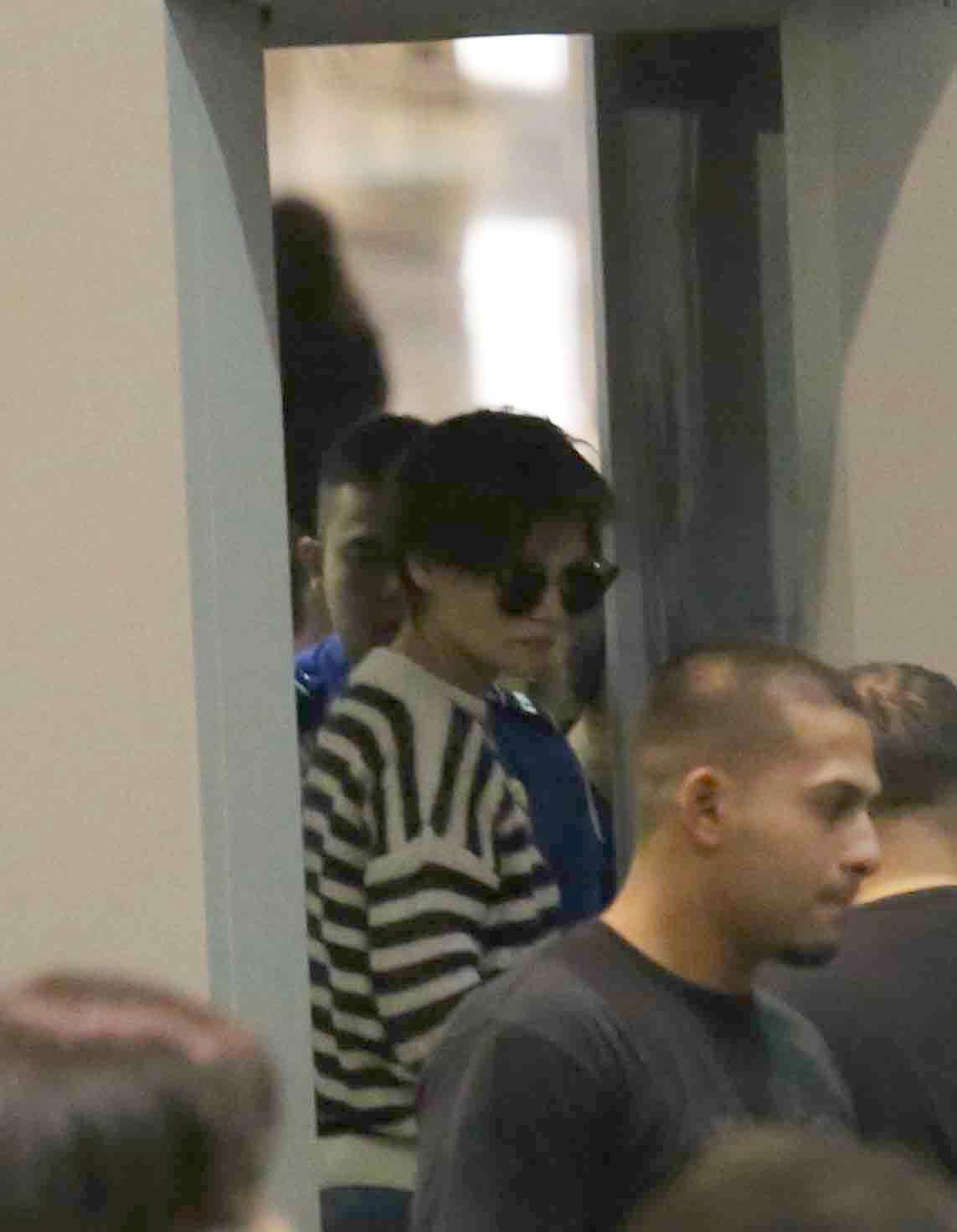 Katie Holmes en el aeropuerto de Los Ángeles con su nuevo corte de...