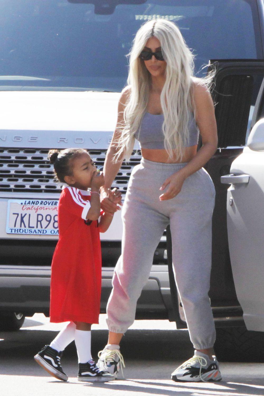 Kim Kardashian con su hija North, enseña su pelo rubio platino en...