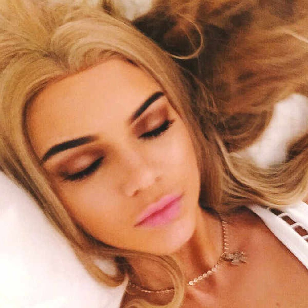 Kendall Jenner juega con una peluca rubia que le favorece