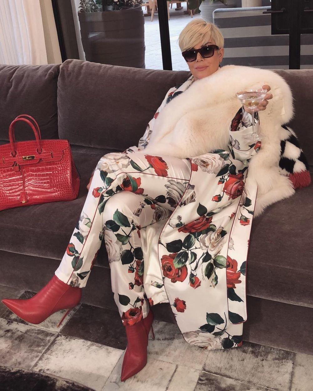 Kris Jenner se cambia al rubio platino, siguiendo los pasos de su hija...
