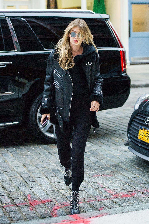 Gigi Hadid apuesta por el total look motero