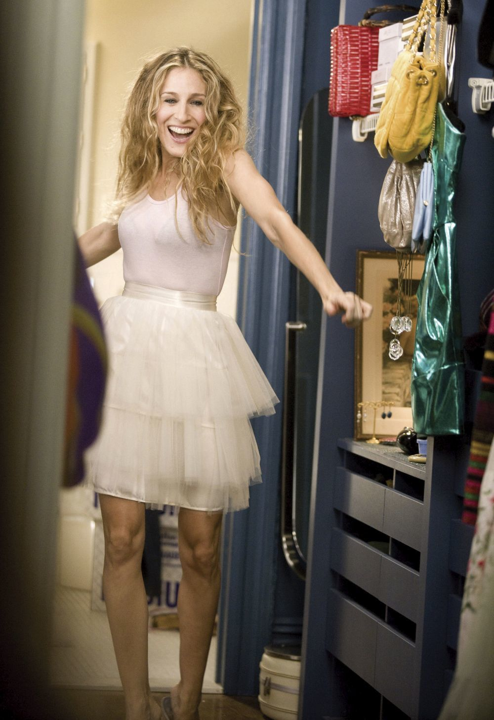 Sarah Jessica Parker en la piel de Carrie Bradshaw se prueba outfits...