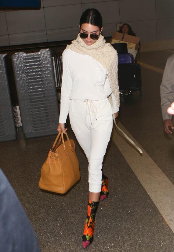 Kendall Jenner con las botas florales de Balenciaga.