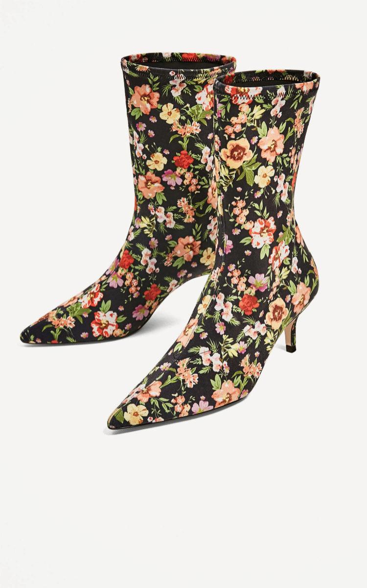 Botas con flores de Zara (49,95 euros).