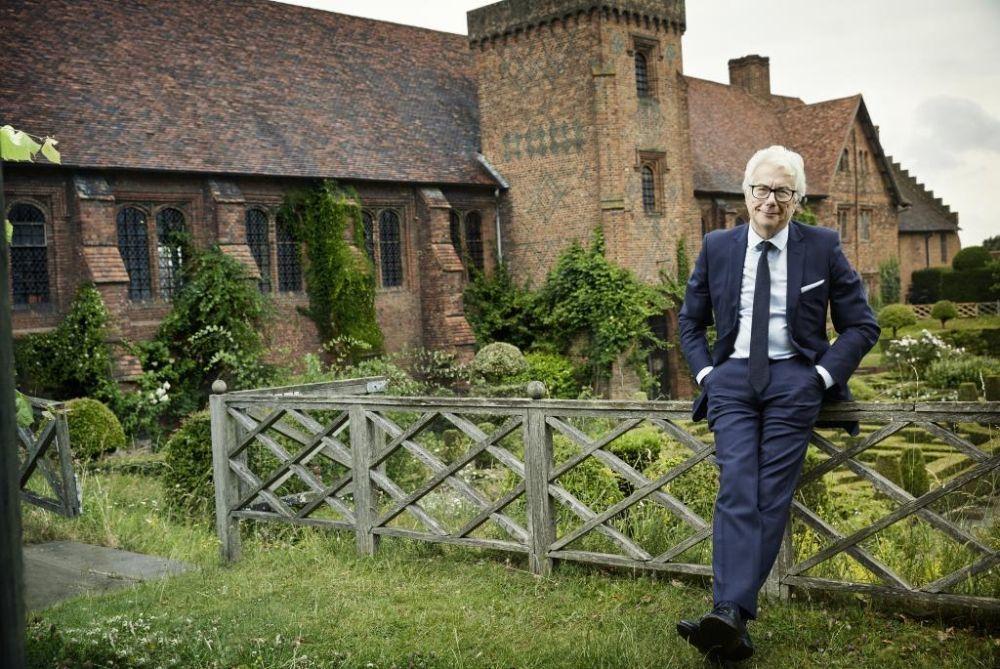 Ken Follet en los jardines de Hatfield House.