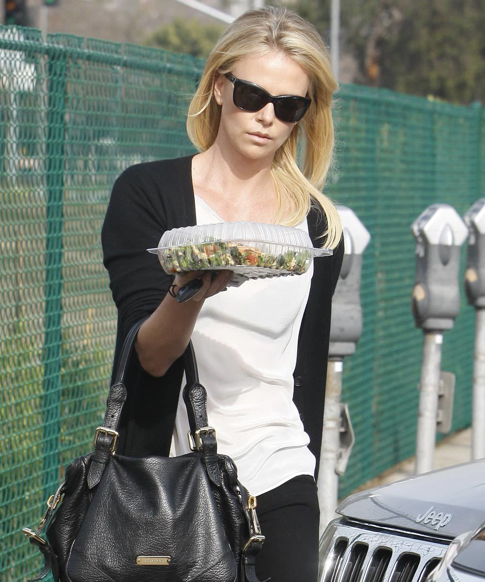 Charlize Theron con comida take away.