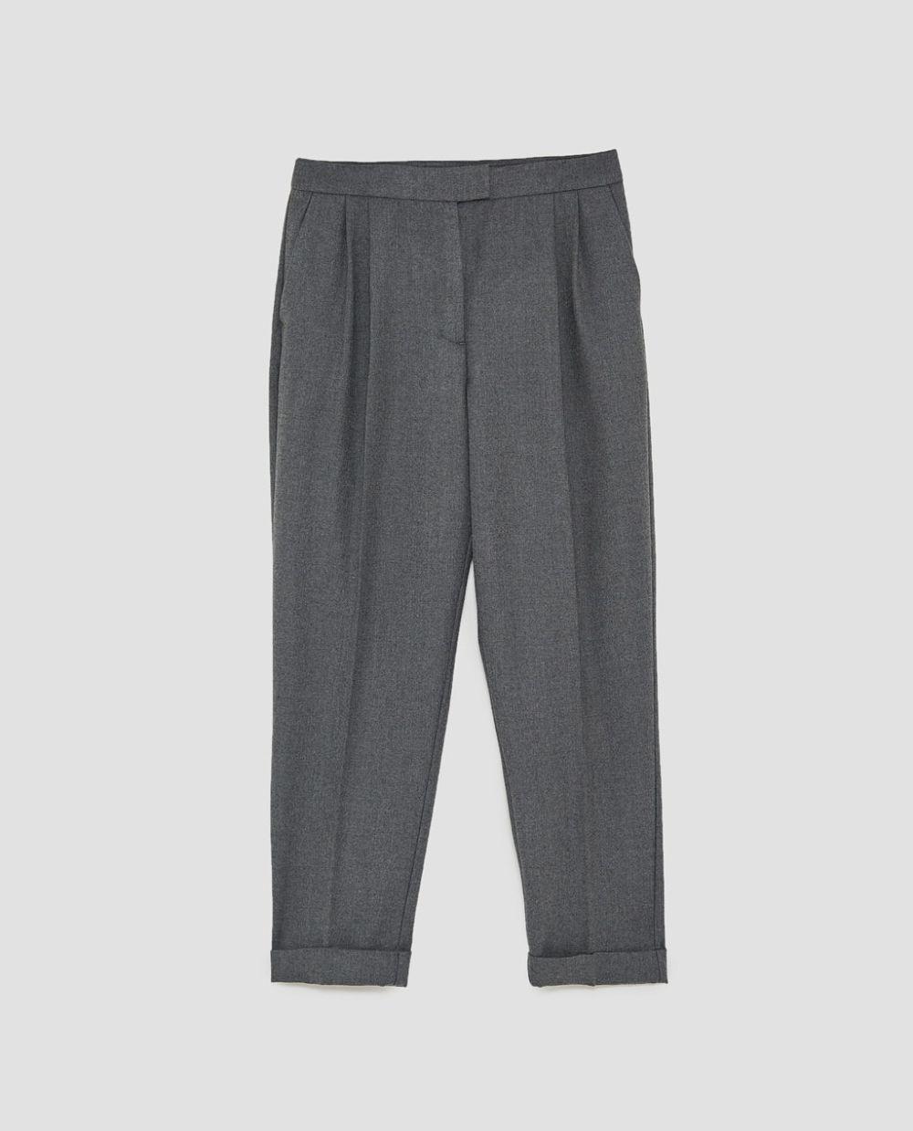 Pantalón de pinza gris de Zara (25,95 euros)