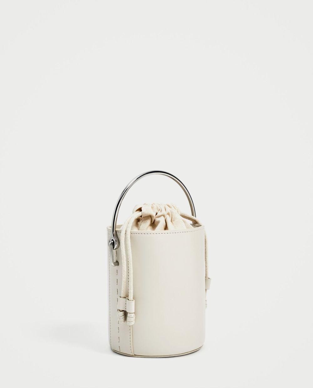 Bandolera con asa metálica de Zara (22,95 euros)