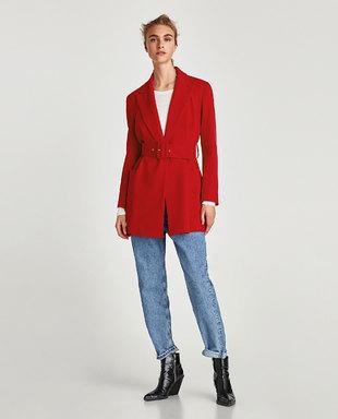 Una levita en rojo, con hombros armados, un largo favorecedor y amplio...