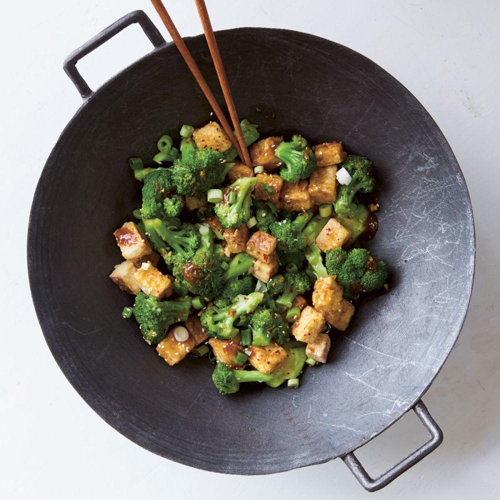 Tofu crujiente con brócoli y salsa de naranja