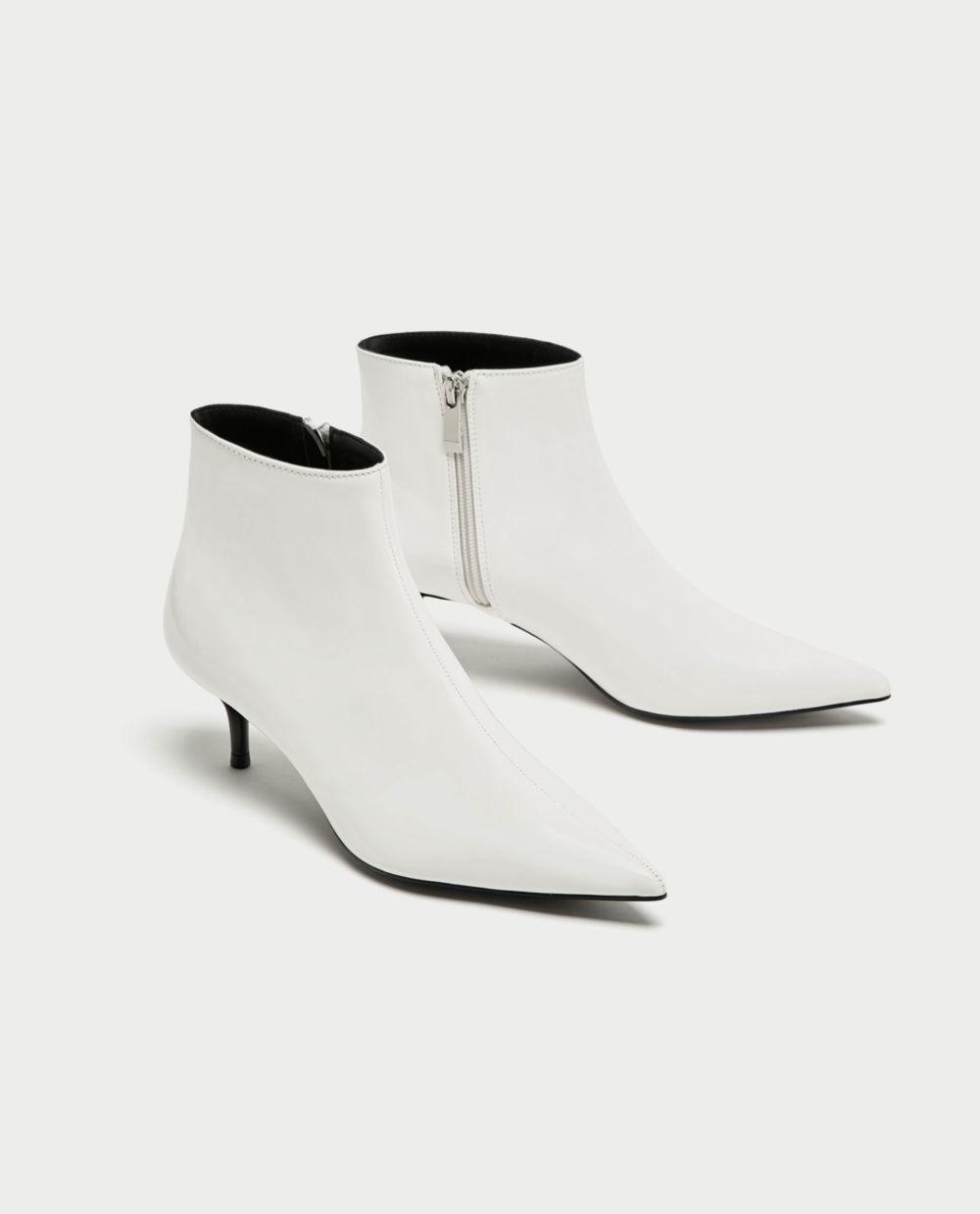 Botín de tacón blanco de Zara (29,95 euros)