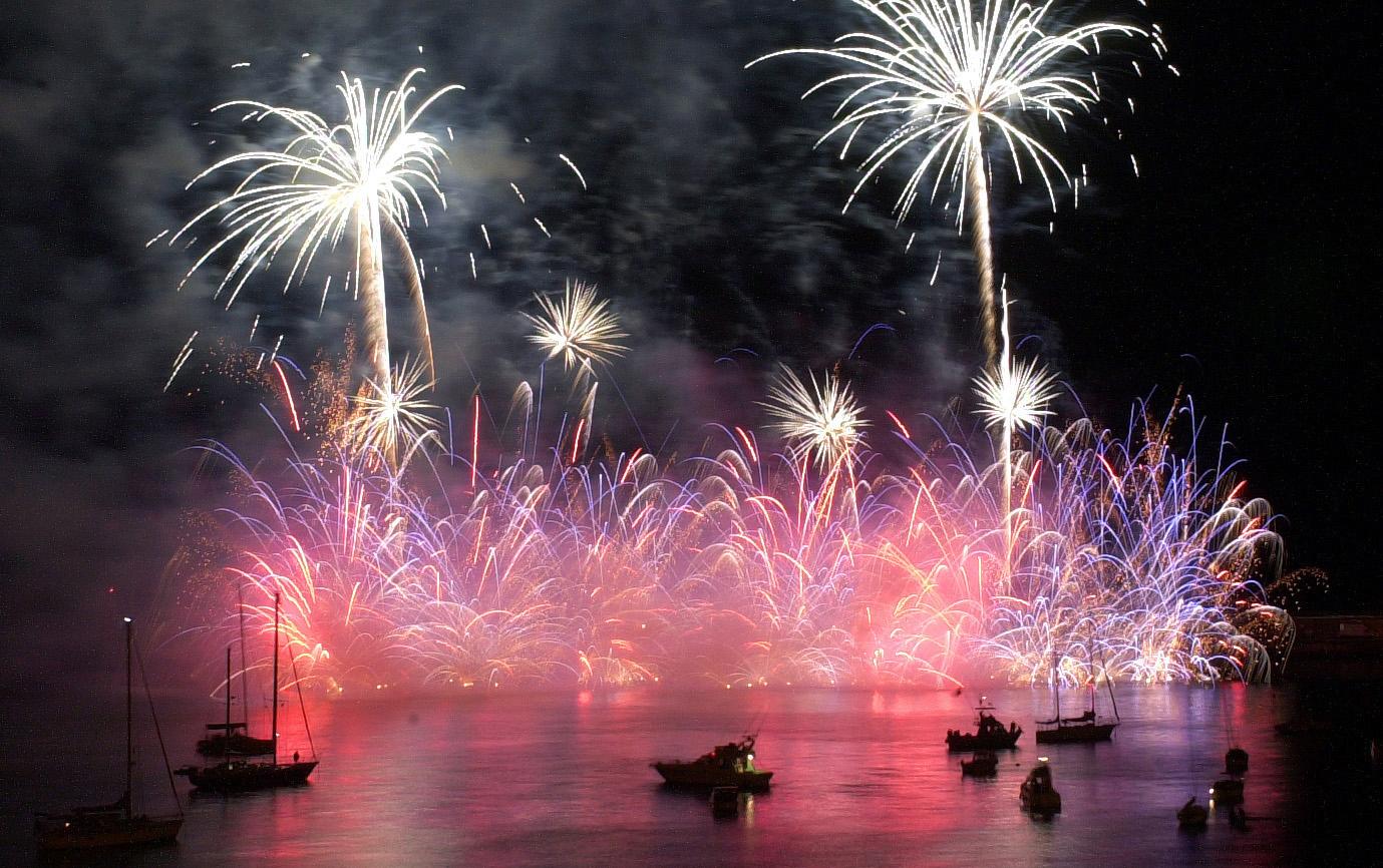 Durante el mes de junio, cada sábado, hay espectáculos de fuegos...