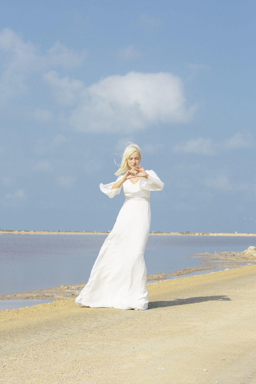 Un vestido que se ajusta a la cintura y marca silueta para las novias...