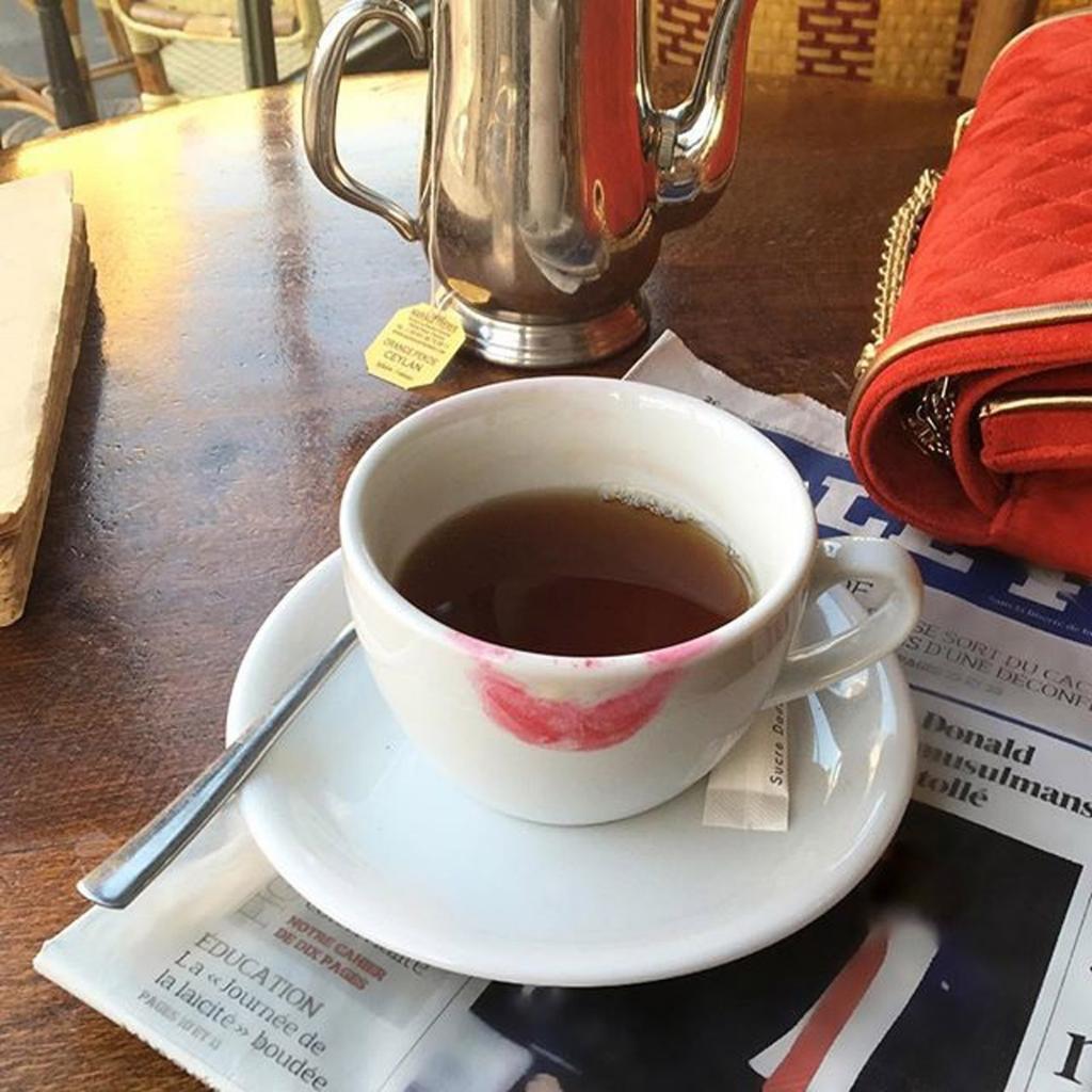 Taza de té negro.