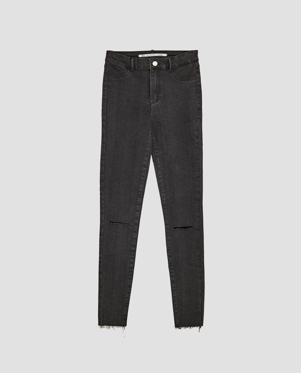 Vaquero gris roto en las rodillas de Zara (15,95 euros)