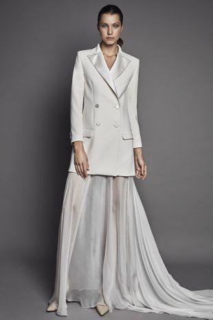 Una blazer convertida en vestido de novia gracias a una sencilla falda...
