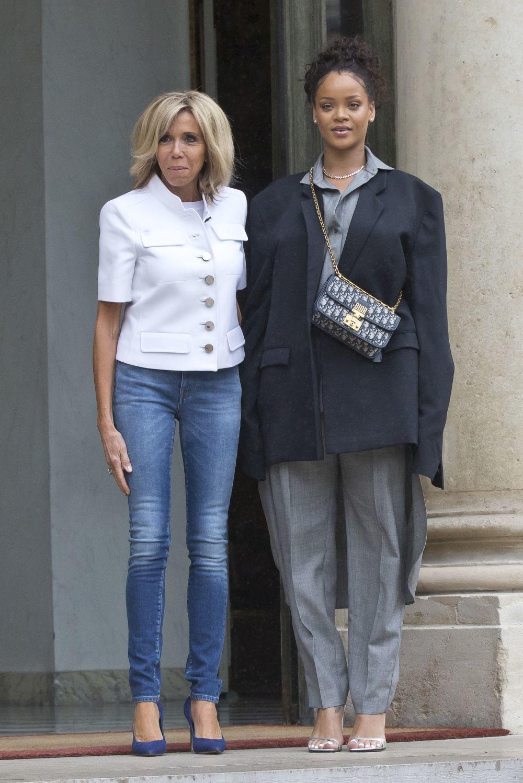 Brigitte Macron con vaqueros pitillo y stilettos posando junto a la...
