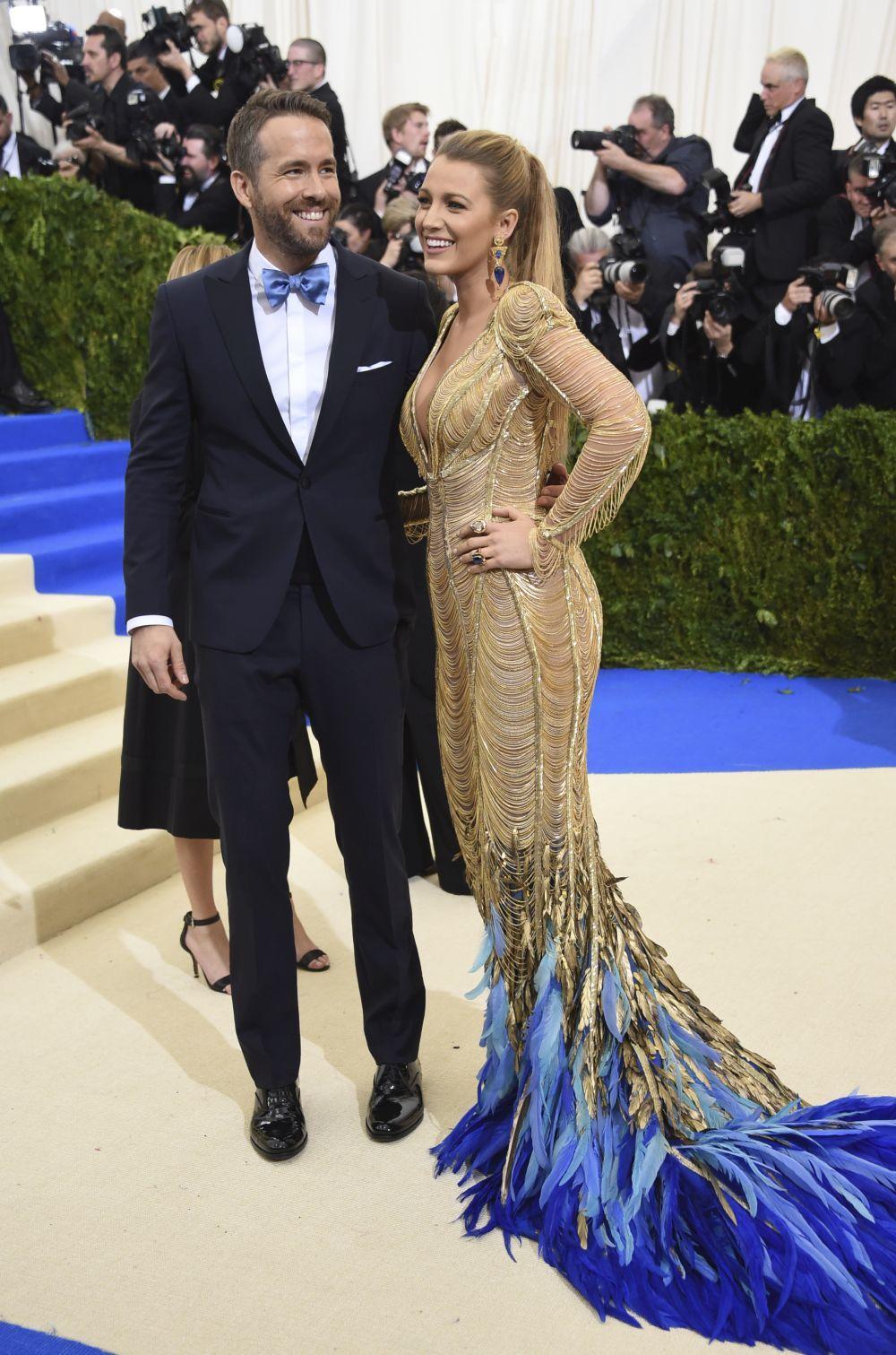 La estilosa Blake Lively posa con su marido Ryan Reynolds.