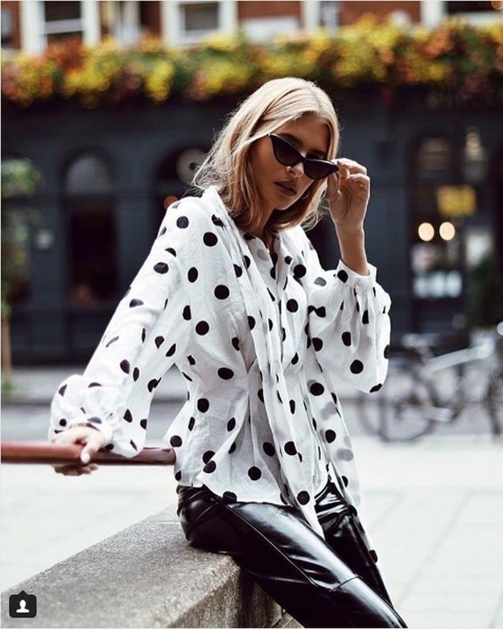 La influencer vistiendo camisa de H&M
