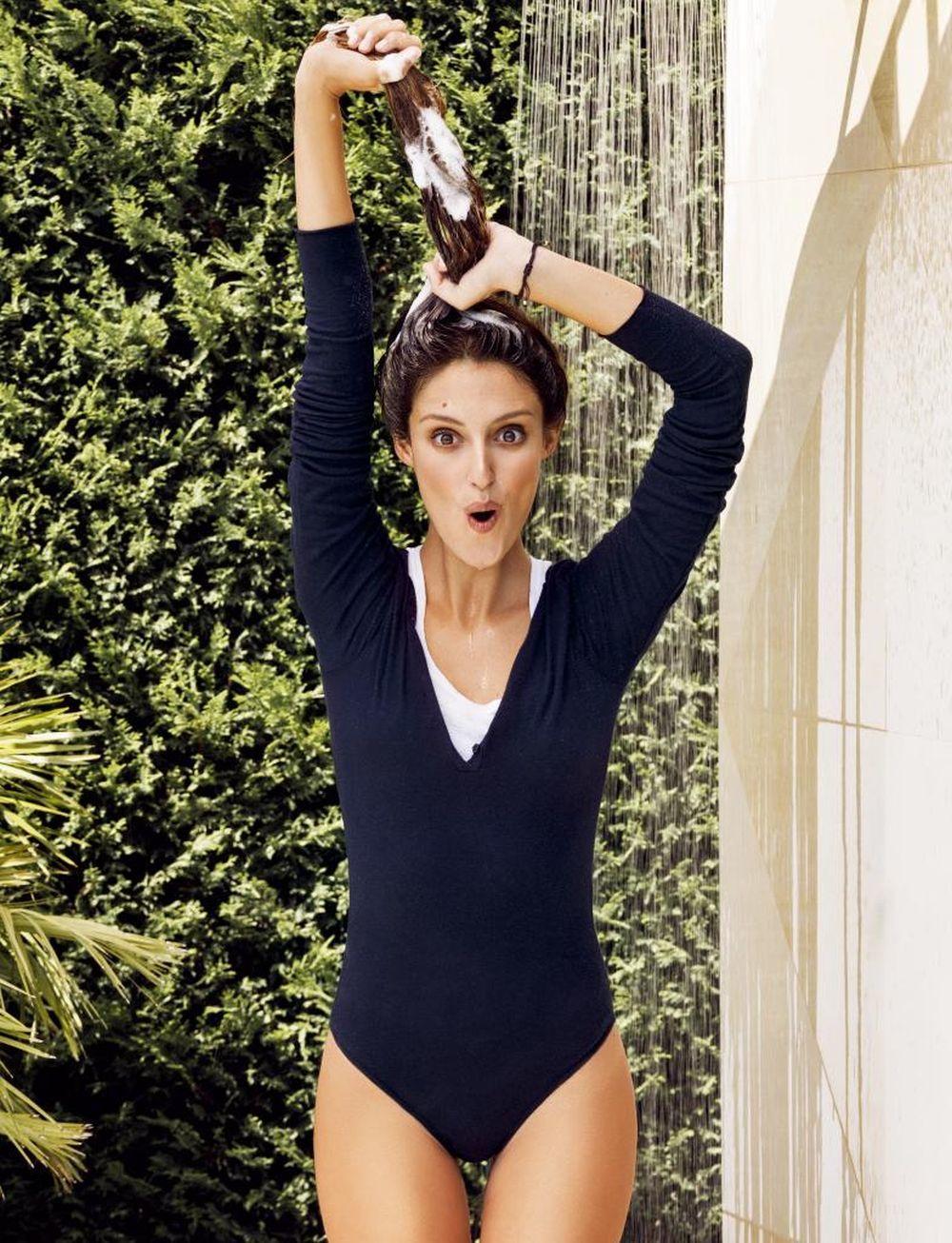 Andrea Molina con un body azul marino sobre camiseta blanca, todo de...