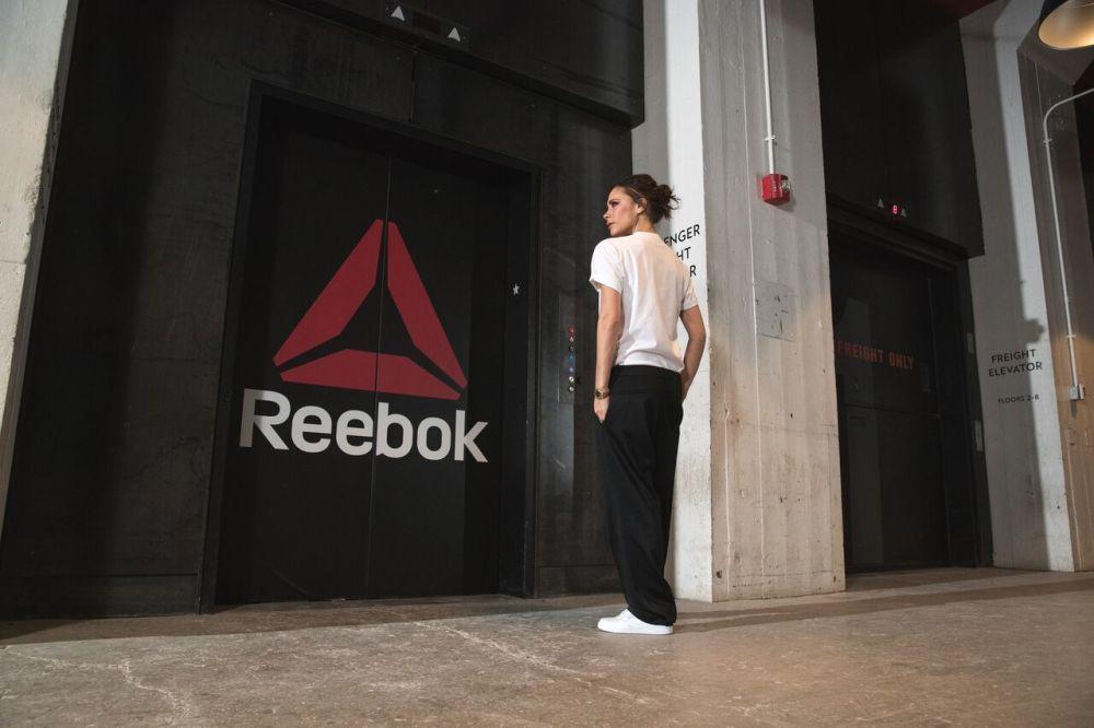 """Victoria Becham con un outfit casual entero de Reebok en su """"primer..."""