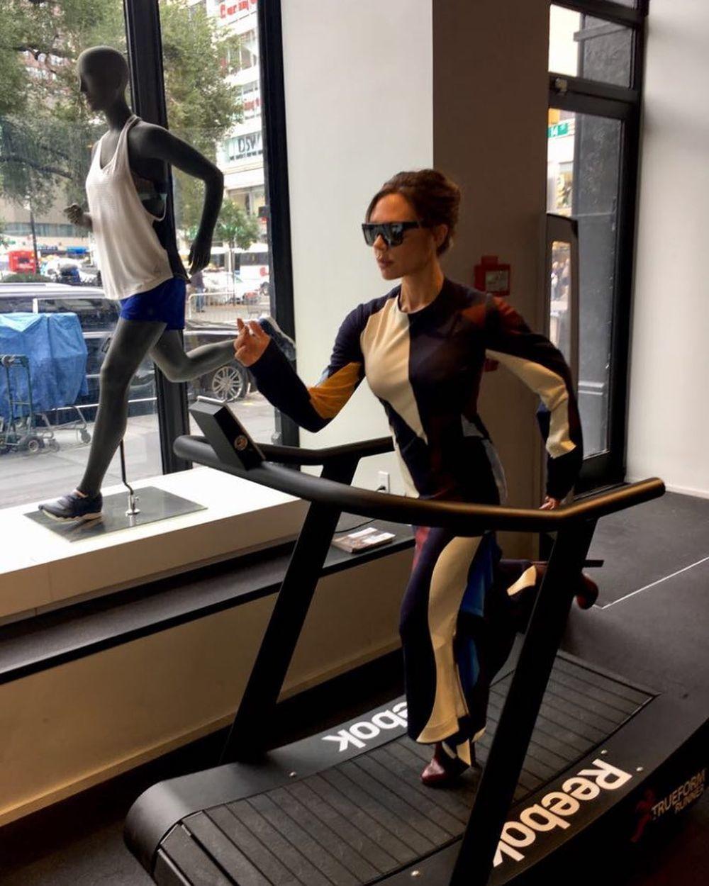 Victoria Beckam posa en una cinta de correr de Reebok con tacones.